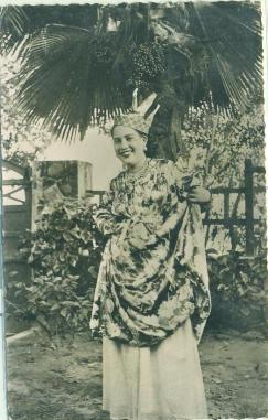 Jeune martiniquaise en costume local. = Daughter in local costume / Photo Félix Rose-Rosette |